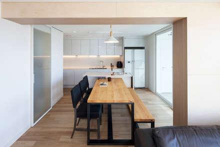 자작나무 ㄱ집 / Birch House: 수상건축의  다이닝 룸