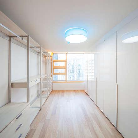 minimalistic Dressing room by 수상건축