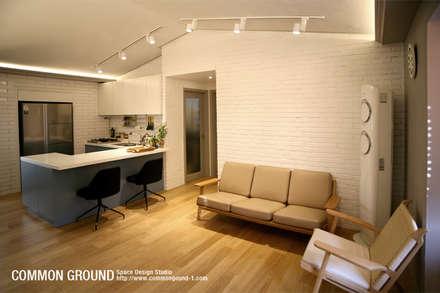 방배동 빌라 리모델링 15PY (신혼집 인테리어): 커먼그라운드의  거실
