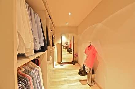 Kerim Çarmıklı İç Mimarlık – K.K EVİ: modern tarz Giyinme Odası