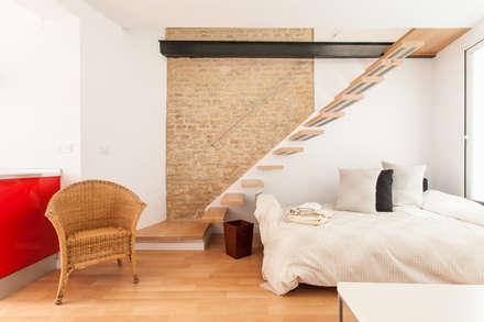 Apartamento dúplex: Pasillos y vestíbulos de estilo  de Pablo Cousinou