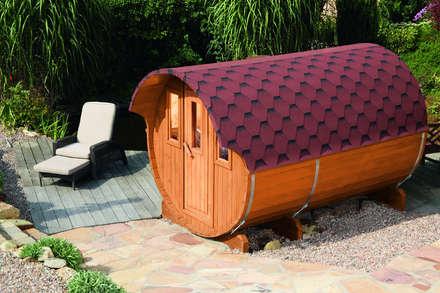 Saunafass mit roten Dachschindeln: skandinavisches Spa von Gartenhaus2000 GmbH