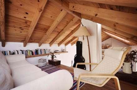 CASA EM FORMA DE ABRAÇO : Salas de estar rústicas por pedro quintela studio