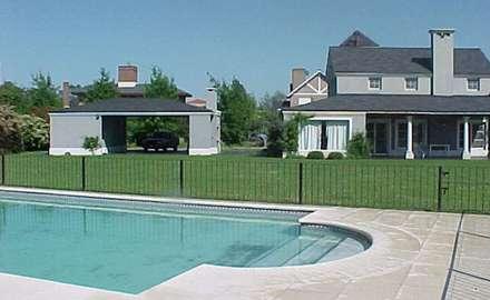 Pileta + jardín: country Pool by Radrizzani Rioja Arquitectos