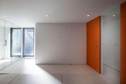 Garage prefabbricato in stile  di 有限会社角倉剛建築設計事務所