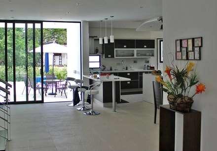 Proyectos Residenciales: Cocinas de estilo moderno por MORAND ARQUITECTURA