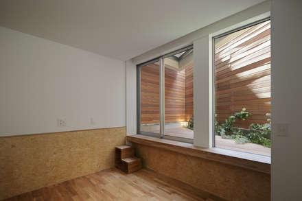 白金の家: アトリエ スピノザが手掛けた寝室です。