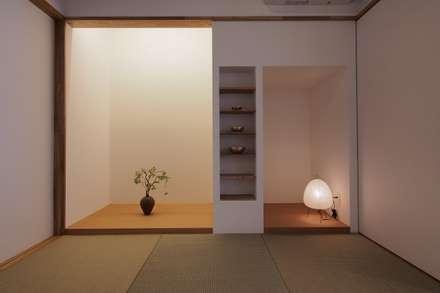 戸手本町の家: アトリエ スピノザが手掛けた寝室です。