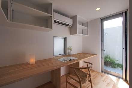 上鶴間の家: アトリエ スピノザが手掛けた書斎です。