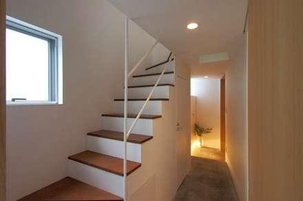 上鶴間の家: アトリエ スピノザが手掛けた廊下 & 玄関です。