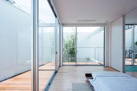 コンセプトハウス― 囲炉裏の住宅 ―: 一級建築士事務所 株式会社KADeLが手掛けた寝室です。