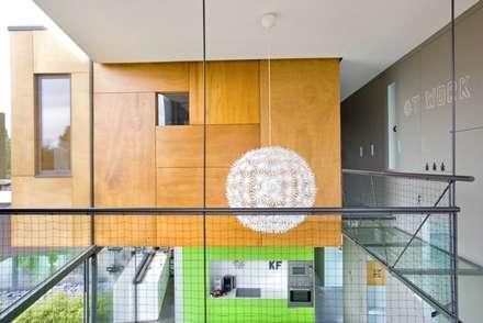 Boîtes à médocs !: Couloir et hall d'entrée de style  par VORTEX atelier d'architecture