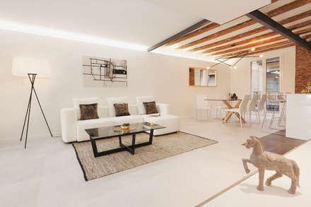 Sala de estar y comedor   Living room: Salones de estilo moderno de Markham Stagers