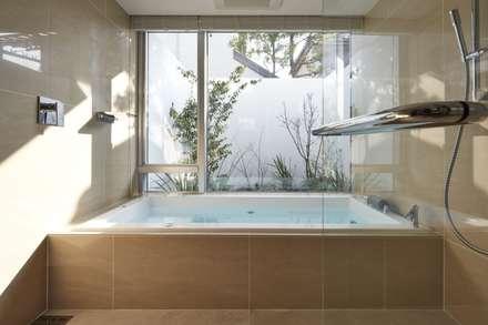 SAKURA SAKURA SAKURA HOUSE: Mアーキテクツ 高級邸宅 豪邸 注文住宅 別荘建築 LUXURY HOUSES   M-architectsが手掛けた浴室です。