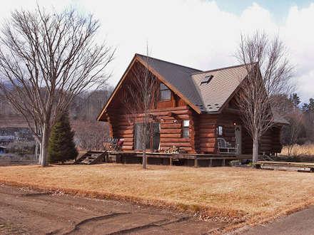 東側からの丸太小屋: Cottage Style / コテージスタイルが手掛けた家です。