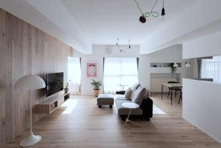 Salas / recibidores de estilo escandinavo por 一色玲児 建築設計事務所 / ISSHIKI REIJI ARCHITECTS