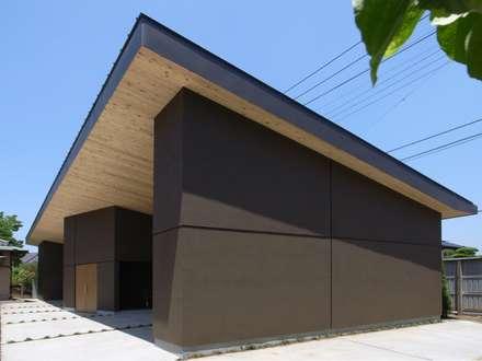 Garajes y galpones de estilo moderno por aoydesign 株式会社アオイデザイン