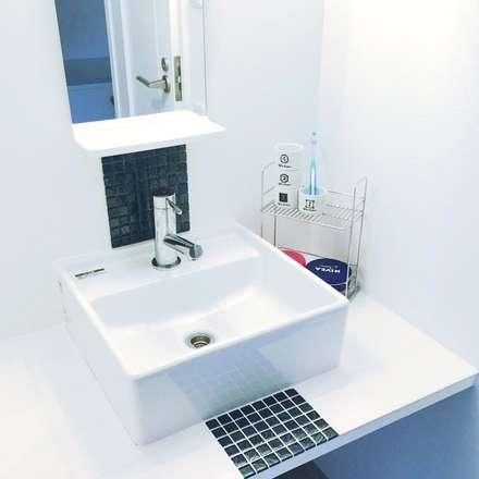 清潔感のある洗面所: 高嶋設計事務所/恵星建設株式会社が手掛けた浴室です。