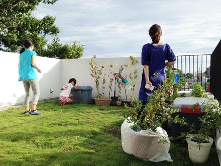 緑化した屋上: 株式会社TERRAデザインが手掛けた庭です。