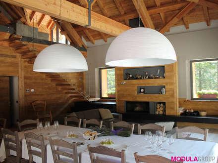 La tradizione di montagna incontra il design moderno: Finestre in stile  di Modula Group Srl