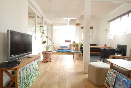 居間のくつろぎ空間その1: 株式会社TERRAデザインが手掛けたリビングです。