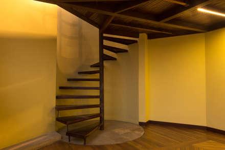 Baño Mezzanine: Pasillos y vestíbulos de estilo  por SDHR Arquitectura