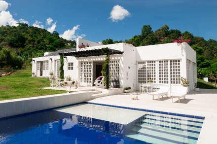 Fachada Posterior: Piscinas de estilo moderno por SDHR Arquitectura