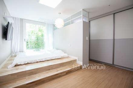 따뜻한 햇살이 있는 다둥이네 인테리어: 퍼스트애비뉴의  침실