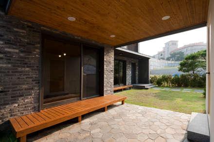용인 보정동 사랑방을 둔 ㄱ자집: 리슈건축 의  발코니, 베란다 & 테라스