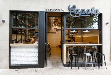 Fachada cervecería Capota: Bares y Clubs de estilo  de auno50 interiorismo