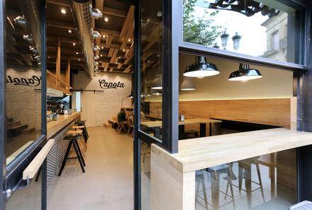 Fachada barra exterior cervecería Capota: Bares y Clubs de estilo  de auno50 interiorismo