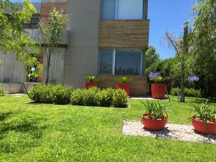 MODERN RED: Jardines de estilo moderno por BAIRES GREEN