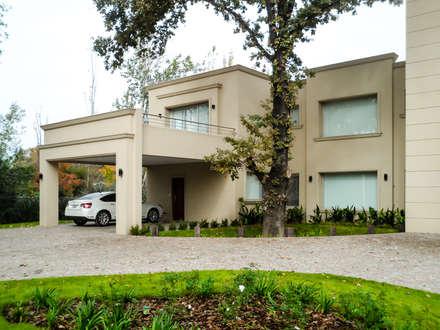 MACERI HOUSE: Casas de estilo clásico por Carbone Fernandez Arquitectos