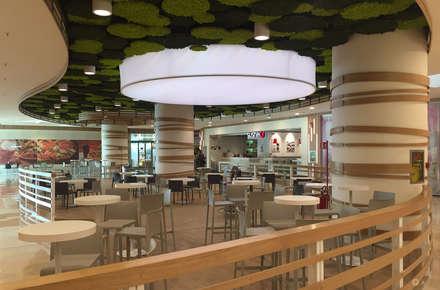 C.C. Auchan - Food Court: Centri commerciali in stile  di Principioattivo Architecture Group Srl