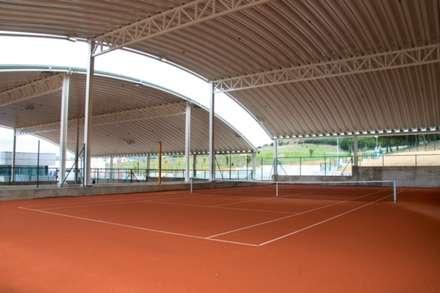 Pistas de tenis de tierra batida semi-cubiertas: Gimnasios domésticos de estilo moderno de Bentabol y Rodrigo Arquitectos