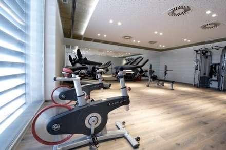 Detalle del gimnasio: Gimnasios domésticos de estilo moderno de Bentabol y Rodrigo Arquitectos