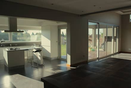 minimalistic Dining room by JORGELINA ALVAREZ  I arquitecta I