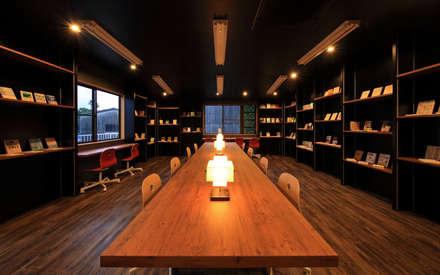 図書室1: 猪股浩介建築設計 Kosuke InomataARHITECTUREが手掛けた書斎です。
