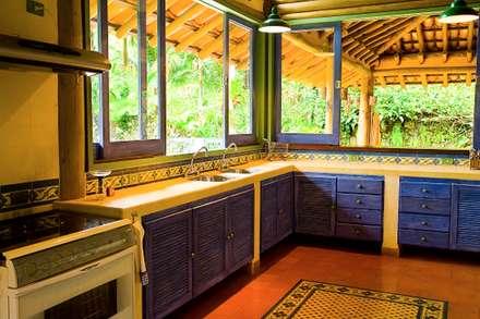 RESIDÊNCIA MM: Cozinhas rústicas por MADUEÑO ARQUITETURA & ENGENHARIA