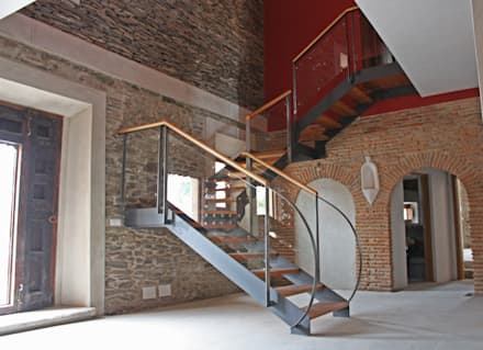 Vista del zaguán y la escalera de distribución interior: Pasillos y vestíbulos de estilo  de Sánchez Terio Arquitectos