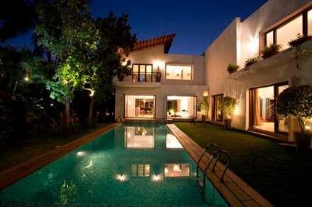 Aurora Residence: modern Pool by Sanctuary