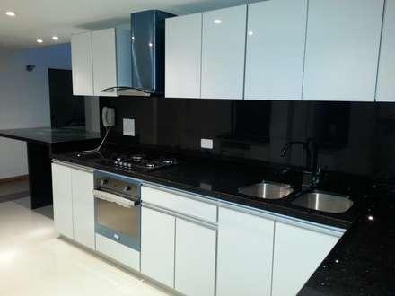 APTO. ENTRE RIOS - BOGOTÁ - 2012: Cocinas de estilo moderno por MS - CONSTRUCCIONES MARIO SOTO & Cìa S.A.S.