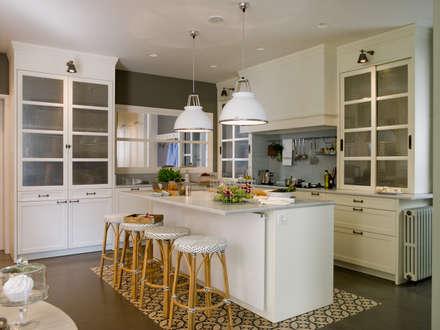 Áreas de cocción, de preparación, de desayuno y de lavado: Cocinas de estilo clásico de DEULONDER arquitectura domestica
