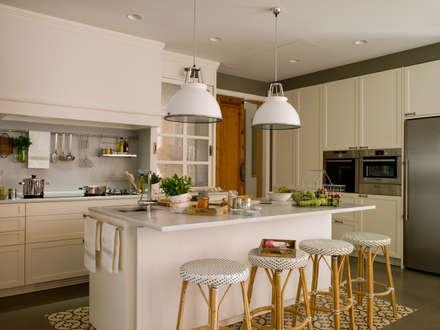 Las encimeras son del infalible mármol Macael: Cocinas de estilo clásico de DEULONDER arquitectura domestica
