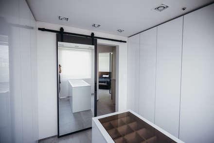 분당구 수내동 아파트 (before& after) : 샐러드보울 디자인 스튜디오의  드레스 룸