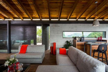 CASA RR: Salas de estilo moderno por BURO ARQUITECTURA