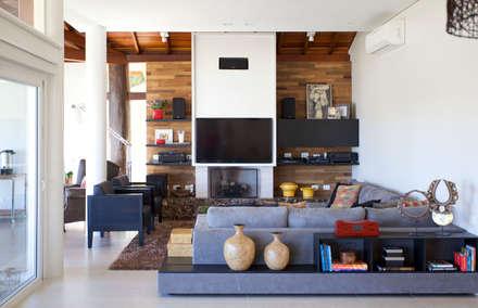 Projeto Atibaia - SP: Salas de estar modernas por Samy & Ricky Arquitetura