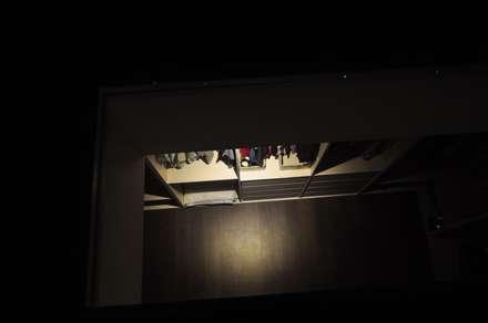 Casa Atouguia : Closets minimalistas por Escala Absoluta