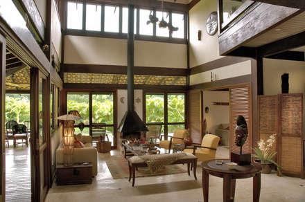 Casa da Praia: Salas de estar tropicais por Mellani Fotografias