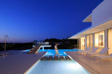 Piscinas de estilo minimalista por JSH Algarve Arquitectura Lda